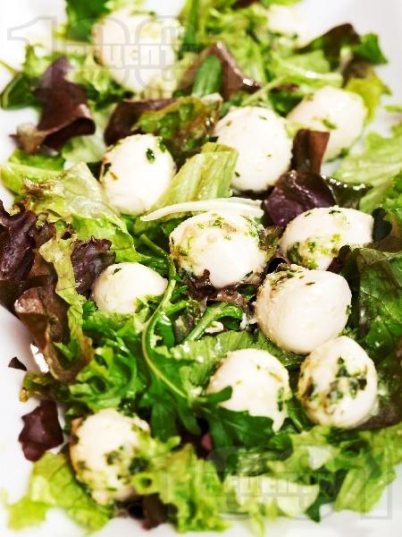 Зелена салата с бейби моцарела и босилеково песто - снимка на рецептата
